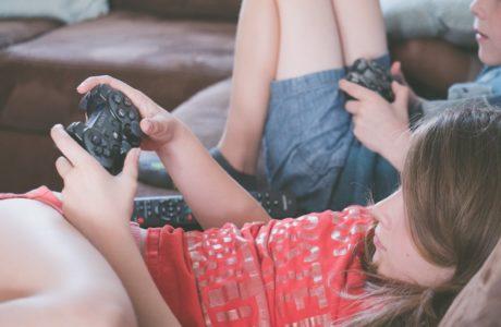 Bambini e ragazzi passano sempre più tempo a giocare ai videogiochi