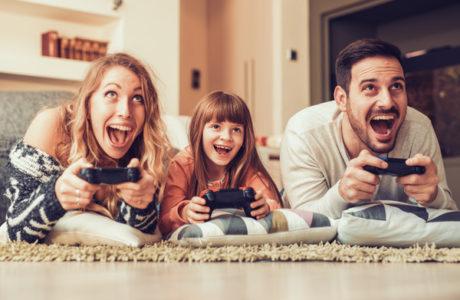 Giocare ai videogiochi è un momento di condivisione tra genitori e figli